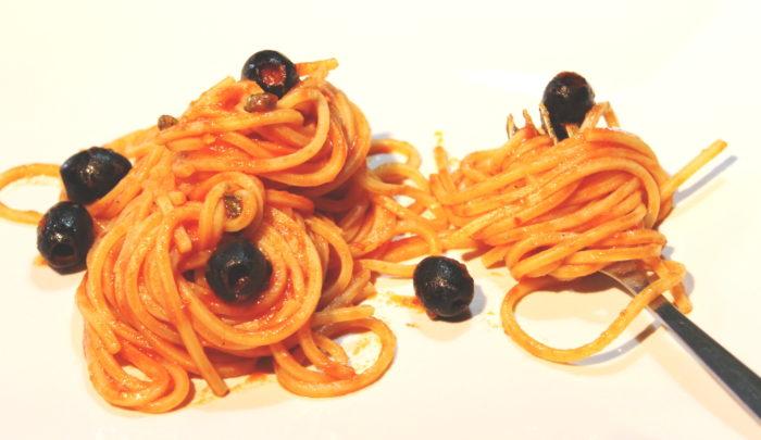 Spaghetti alla puttanesca - Ricette Passo Passo con foto