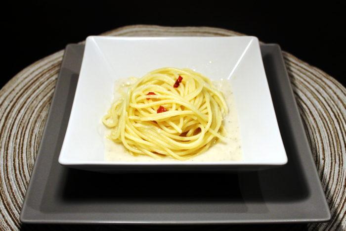 Spaghetti aglio, olio, peperoncino e zenzero su crema di parmigiano - Ricette Passo Passo con foto