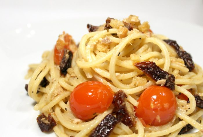 Pasta con pomodori secchi e sgombro - Ricette Passo Passo con foto