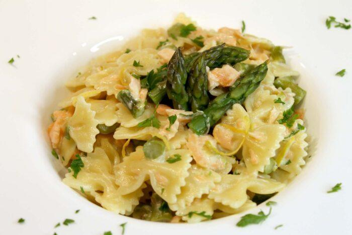 Pasta con asparagi, salmone e caprino - Ricette Passo Passo con foto
